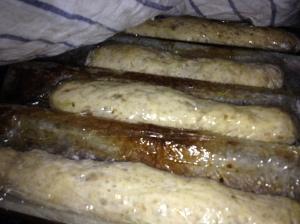 Baguetterna jag bakade ut för ett par timmar sedan. De innehåller råg, vetekli och extra fibertillskott. De ligger underplast i en baguetteform, som ger dem en rund botten.